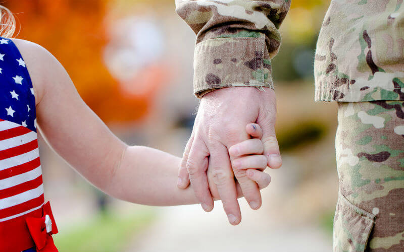 Military Child Dad holding hands_800x500