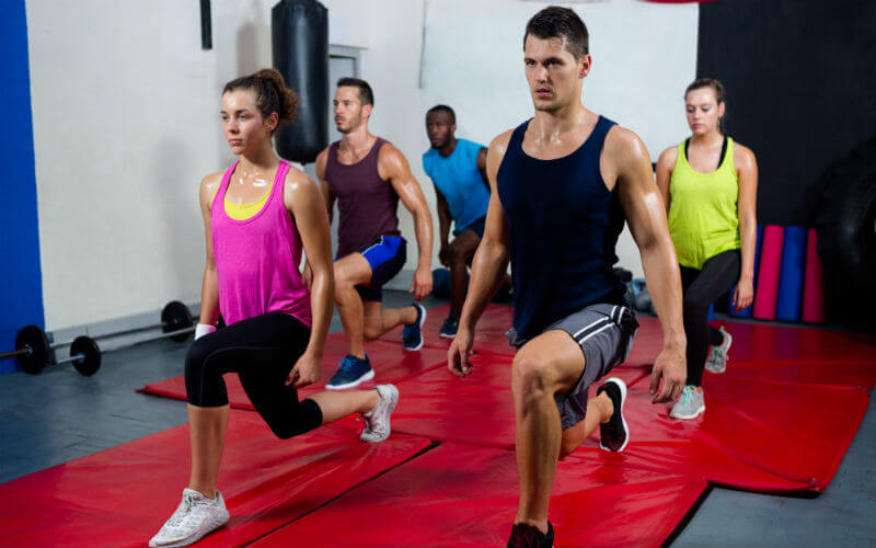 Group fitness class lunges_800x500